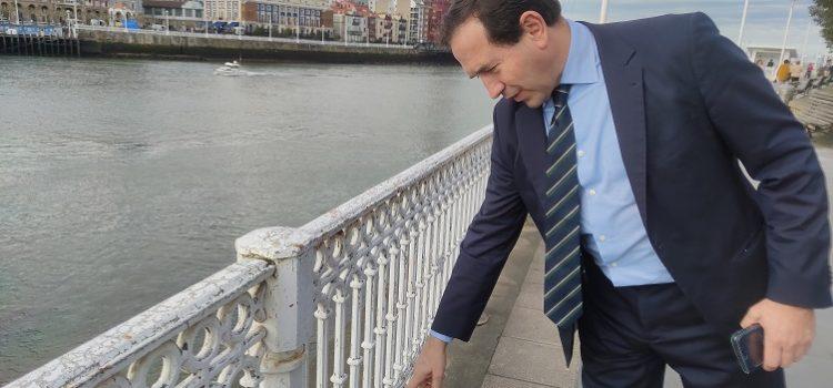 Andrade critica la dejadez del equipo de Gobierno con la barandilla que rodea la ría
